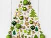 Weihnachtsbaum mit grün, gold und weiß dekoriert. Weihnachtliche Dekoration mit Holz.